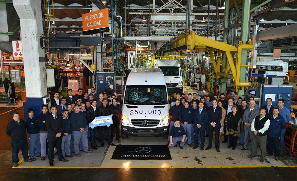 Sale de la línea de montaje el Sprinter nº 250.000, un furgón 3665, color blanco, techo elevado, con AA.....